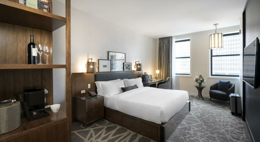 Londonhouse chicago curio collection by hilton chicago for Bett vor heizung