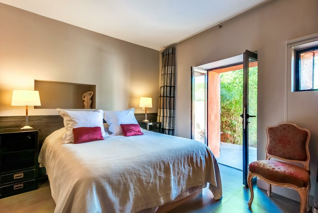 Villa with pool near aix en provence a design boutique for Hotel design provence
