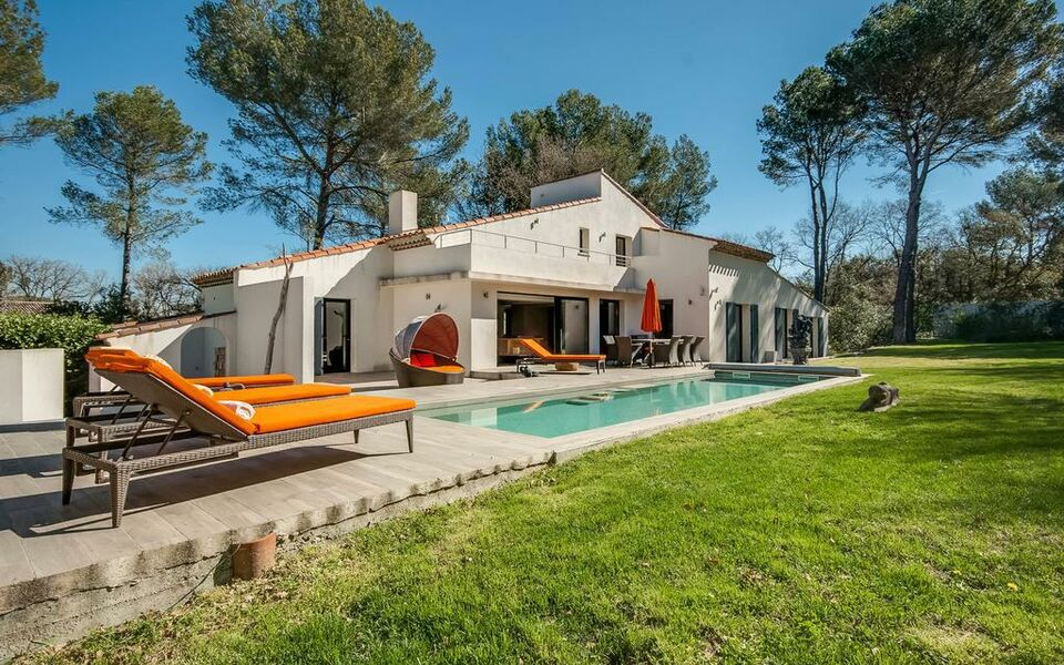 Villa Ten Minutes from the Centre of Aix-en-Provence, Aix en Provence (1)