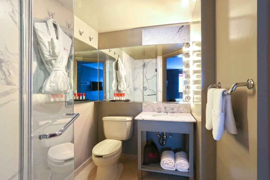 Kimpton Hotel Eventi Two Bath Rooms