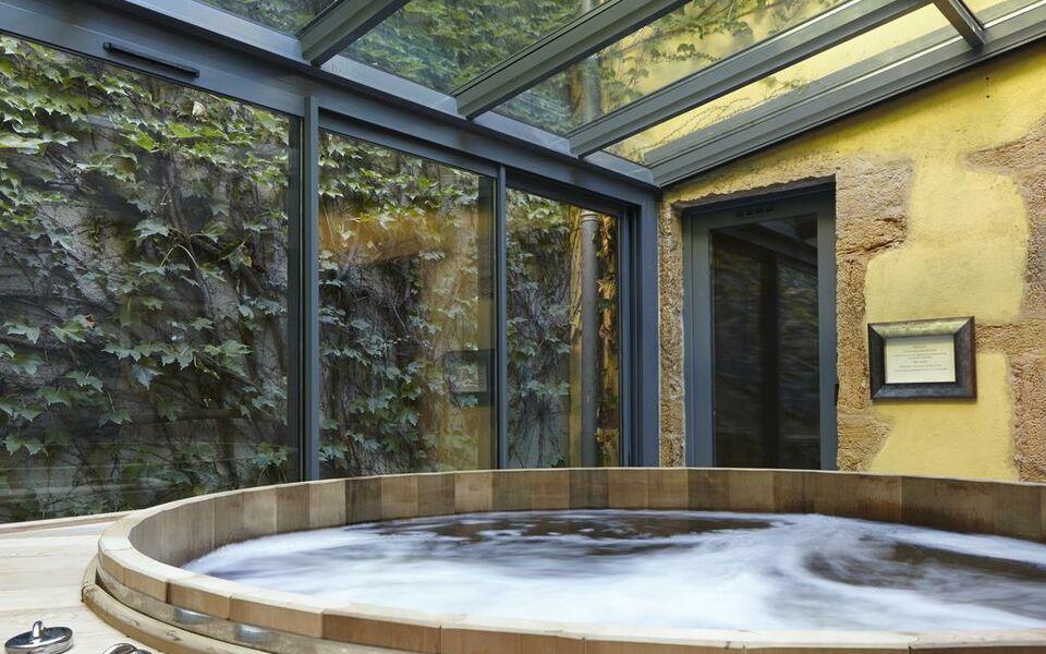 Cour des loges a design boutique hotel lyon france for Pool show lyon france