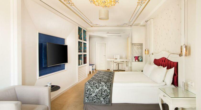 Outdoor Dusche Balkon : suite mit balkon neben einem möblierten ...