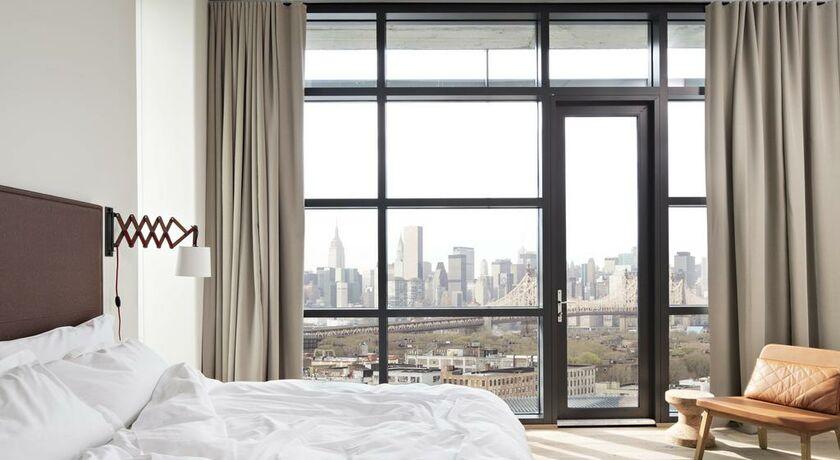 chambre lit king size dangle vue sur manhattan depuis balcon - Chambre Lit King Size